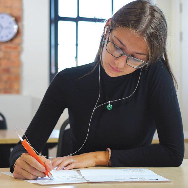 """C-pen - studentessa che utilizza la penna collegata alle cuffie per """"ascoltare"""" i testi cartacei"""