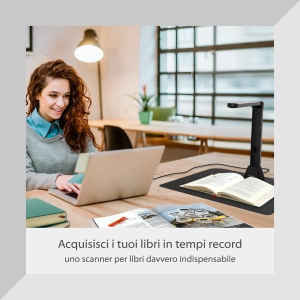 IRIScan Desk - fot di studentessa sorridente al computer che utilizza IRIScan Desk